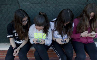 Madrid prohibirá los móviles en colegios
